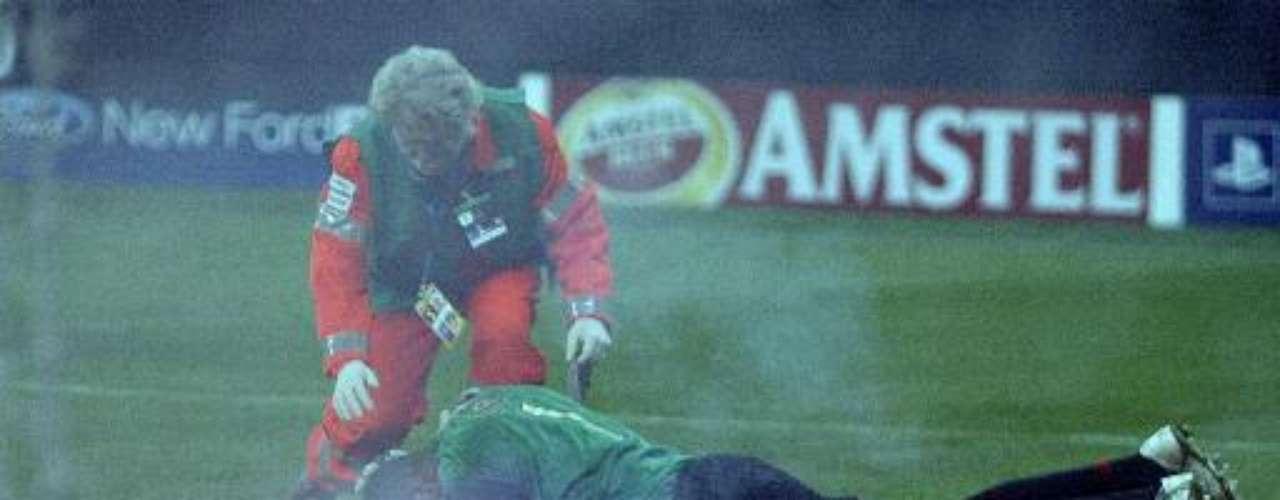 El arquero brasilero Dida cuando atajó para AC Milan en la Champions League de 2005, fue agredido con una bengala por seguidores del Inter