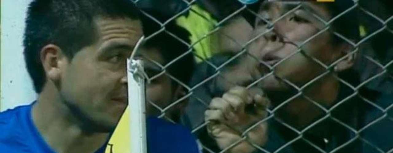 Nuevamente Riquelme en 2011 es escupido por un hincha cuando iba a cobrar un tiro de esquina. Esto sucedió en un partido ante Olimpo de Bahía Blanca