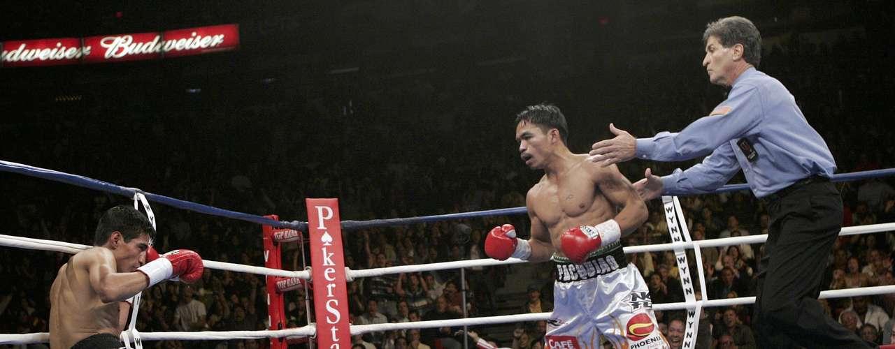 Erik Morales cae derrotado tras recibir una dósis de puños cortesía de Manny Pacquiao.