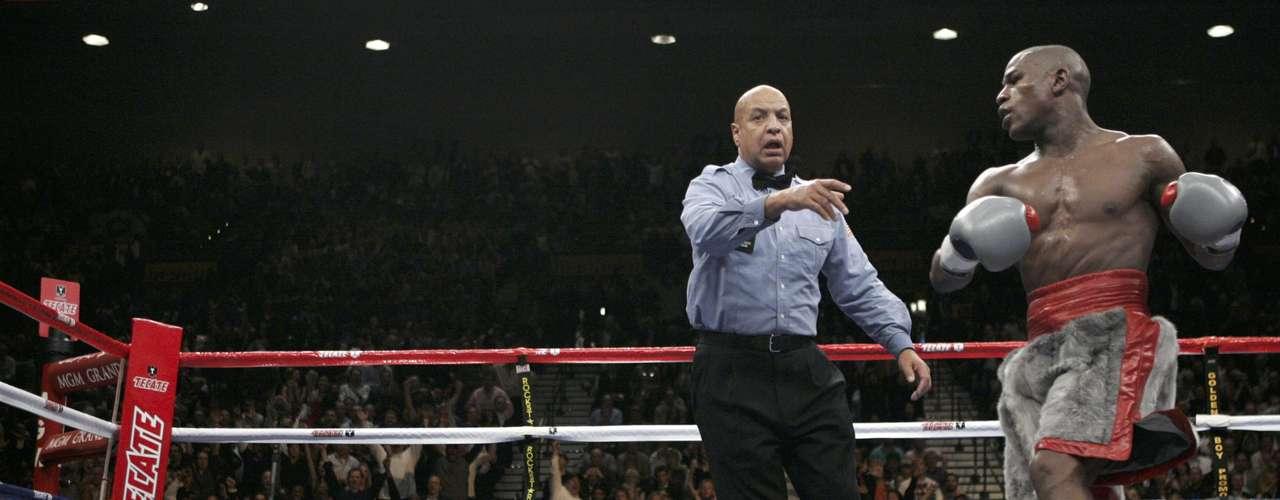 Floyd Mayweather Jr. sabe que no hay nada que hacer, más que celebrar luego de mandar a dormir a Ricky Hatton.