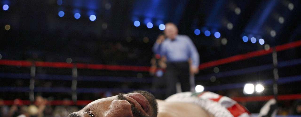 Fulminante: Gustavo Mejia yace víctima de los impactos de Demetrio Soto, apenas en el primer asalto.