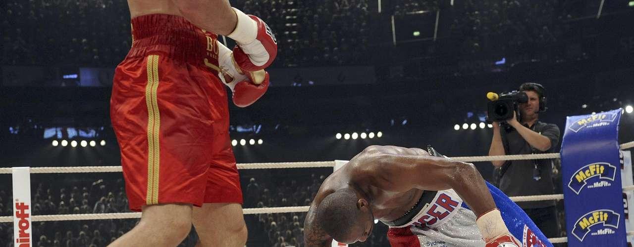 Tony Thompson no metió ni las manos tras ser dejado inconsciente por Wladimir Klitschko.