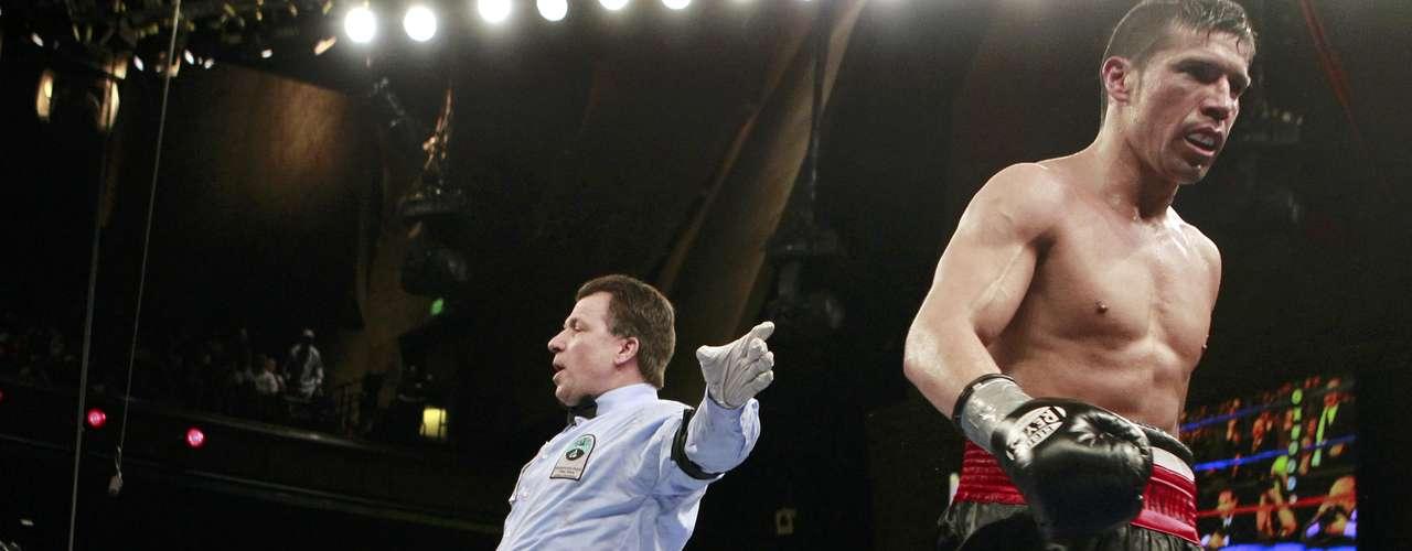 El argentino Sergio Martinez sabe que el trabajo está hecho. El alemán Sergiy Dzinziruk cae derrotado.