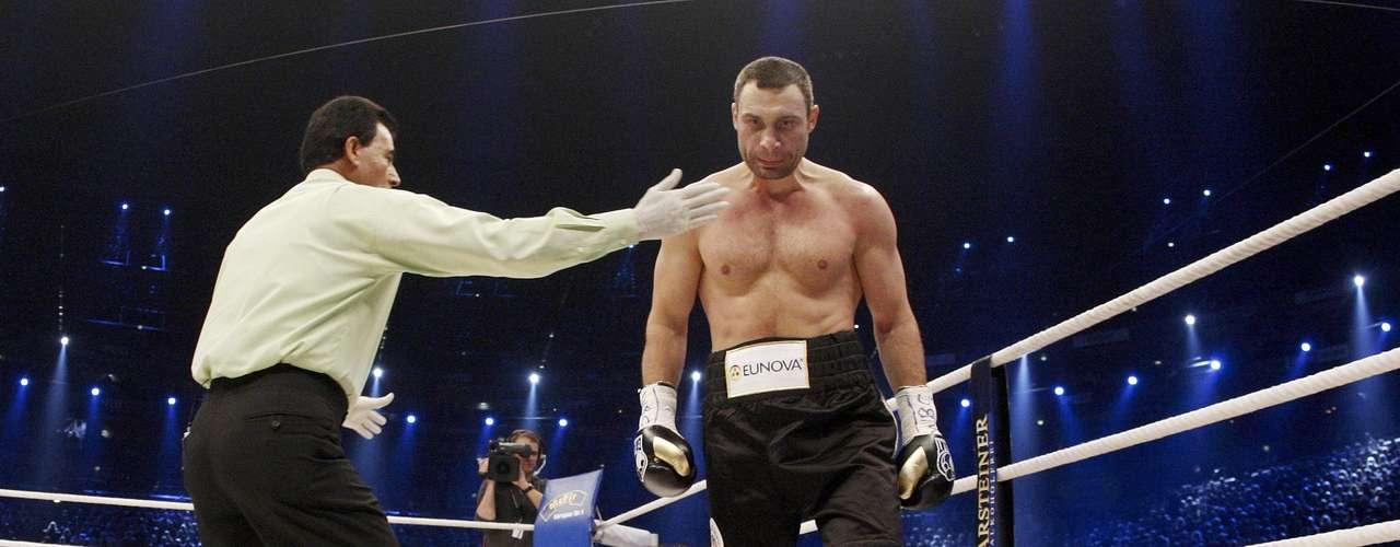 Vitali Klitschko contempla su obra. El resultado es un Odlanier Solis indefenso y derrotado.