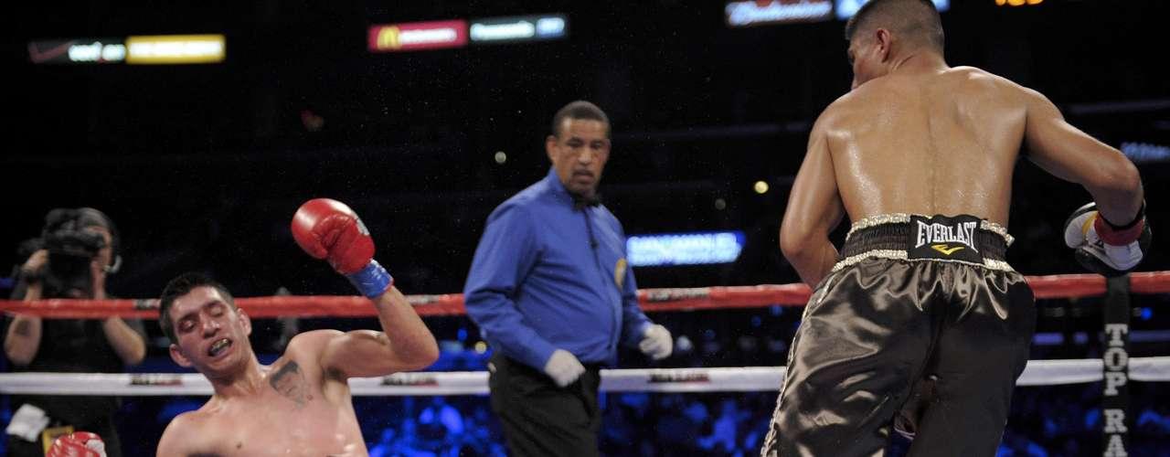 El mexicano Rafael Guzman se tambalea, y eventualmente cae víctima de los impactos de Mikey Garcia.