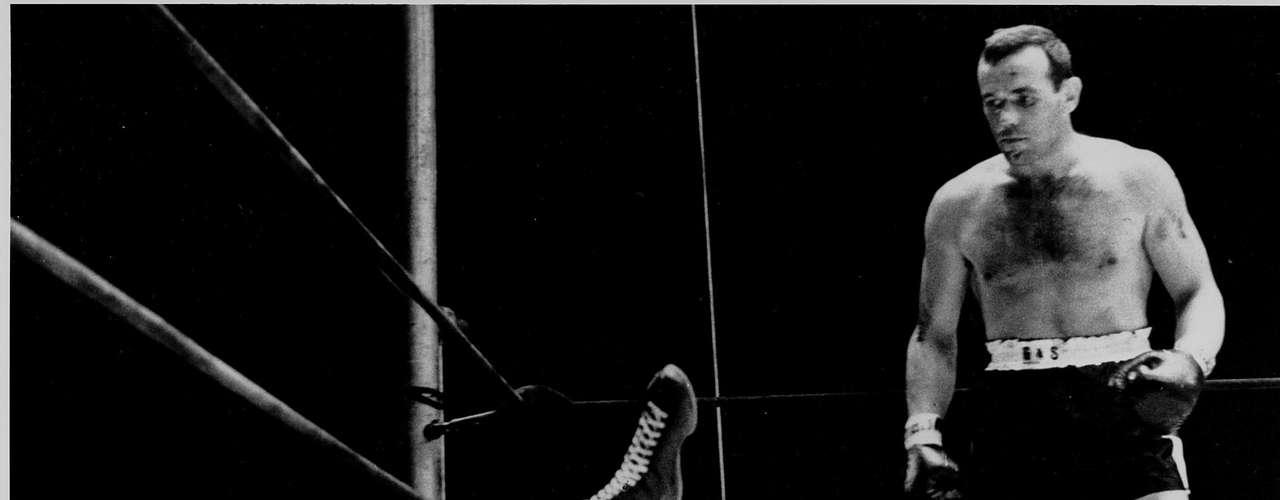 Nocaut de época: Floyd Patterson  yace en la lona tras recibir una dósis de  dinamita cortesía Ingemar Johansson en 1959 en Yankee Stadium.