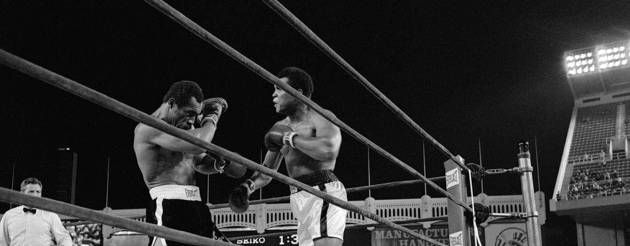 En 1976, Muhammed Alí aplicó dramático nocaut a Ken Norton, en combate disputado en Yankee Stadium.
