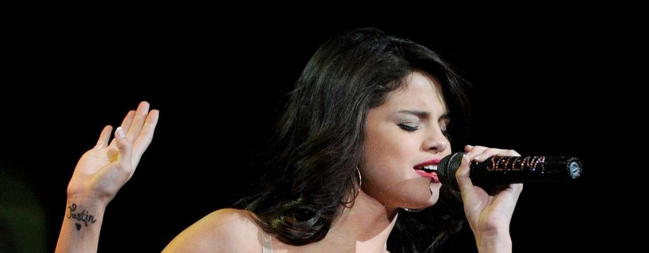 7 - El tatuaje en su honor. Selena Gómez demostró lo enamorada que está del joven cantante al hacerse un tatuaje con la palabra \