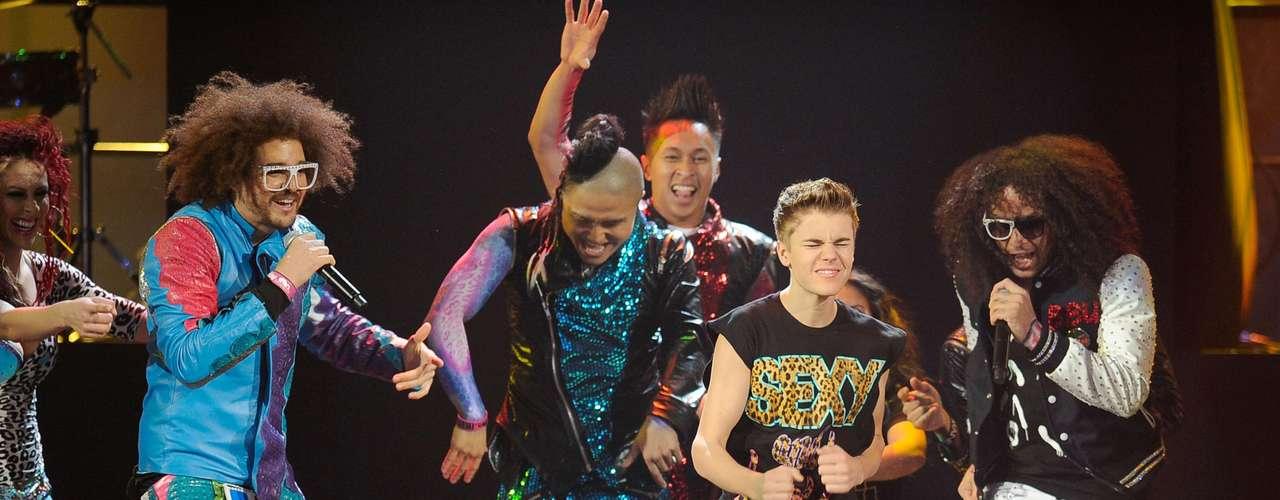 12 - Colaboraciones de alto impacto.  Durante los American Music Awards del 2011, Bieber hizo una gran presentación junto a Redfoo y SkyBlu de la agrupación LMFAO.