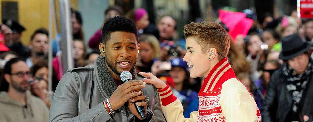 15 - Compartiendo con su mentor.  Justin y su padrino musical Usher dieron un show para la historia en el programa \