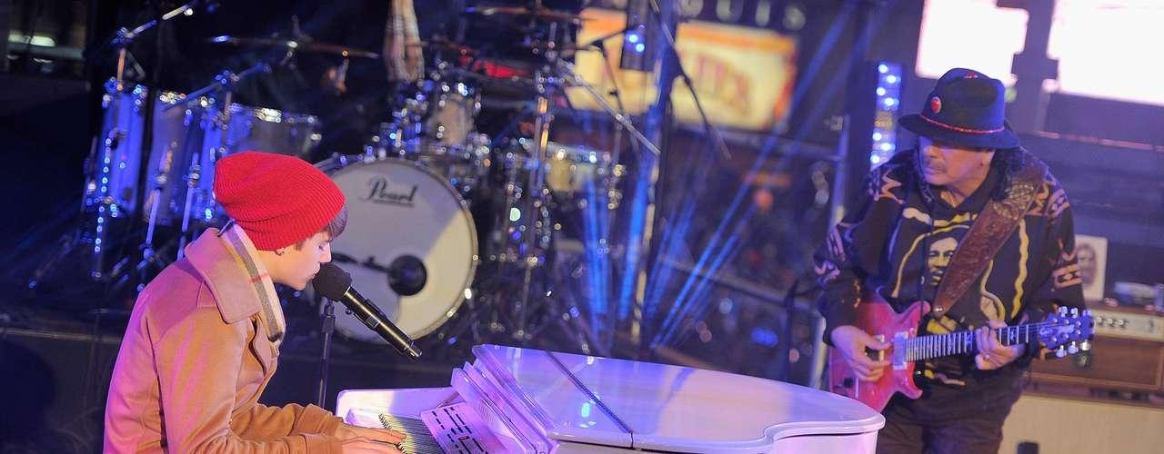 17 - Acompañado por Carlos Santana.  Justin Bieber y el gran Carlos Santana hiceron una dupla memorable para recibir el 2012 en un show de altura en el Times Square de Nueva York.