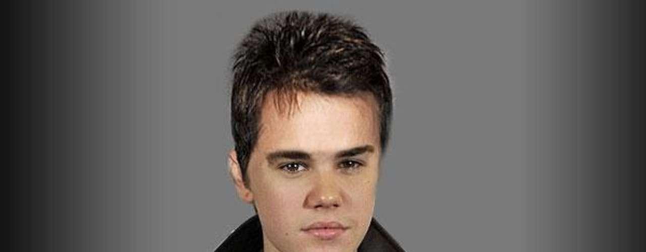 14 - La subasta de su cabello. Para apoyar las causas benéficas, en febrero de 2011, Justin al cambiarse el estilo de peinado subastó mechones recién cortados de su cabello.