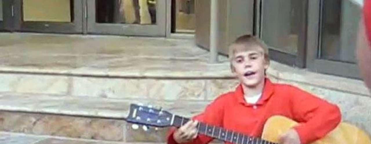 1 - Los videos de YouTube. Desde los 12 años Justin Bieber está cantando, por eso su madre decidió subir los clips del niño pródigo a la importante plataforma y así empezar a promocionar su talento. Vaya que sí lo logró, pues mediante la herramienta el chico consiguió llamar la atención de reconocidos productores que editaron su primer disco.