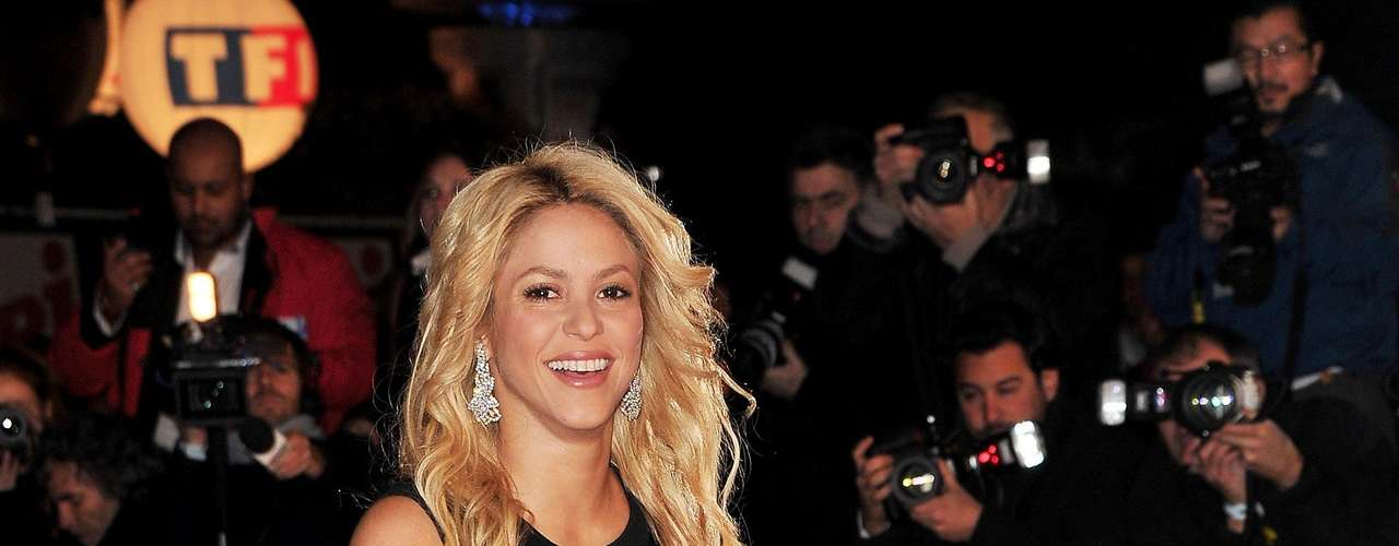 Shakira posee unas medidas envidiables 88-65-95, ahora que está embarazada quizá suba varios kilos pero estamos seguros que con su gran disciplina podrá bajarlos de manera muy rápida.