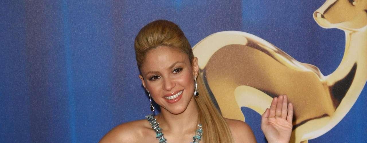 Aunque Shakira no es caprichosa con la ropa, siempre que se enamora de un vestido tiene que conseguirlo a toda costa. Para lo que sí es muy especial es para las bebidas. Adora el jugo de mango con miel y lo pide siempre en su desayuno bajo el argumento de que es muy bueno para la piel. ¿Qué opinan?
