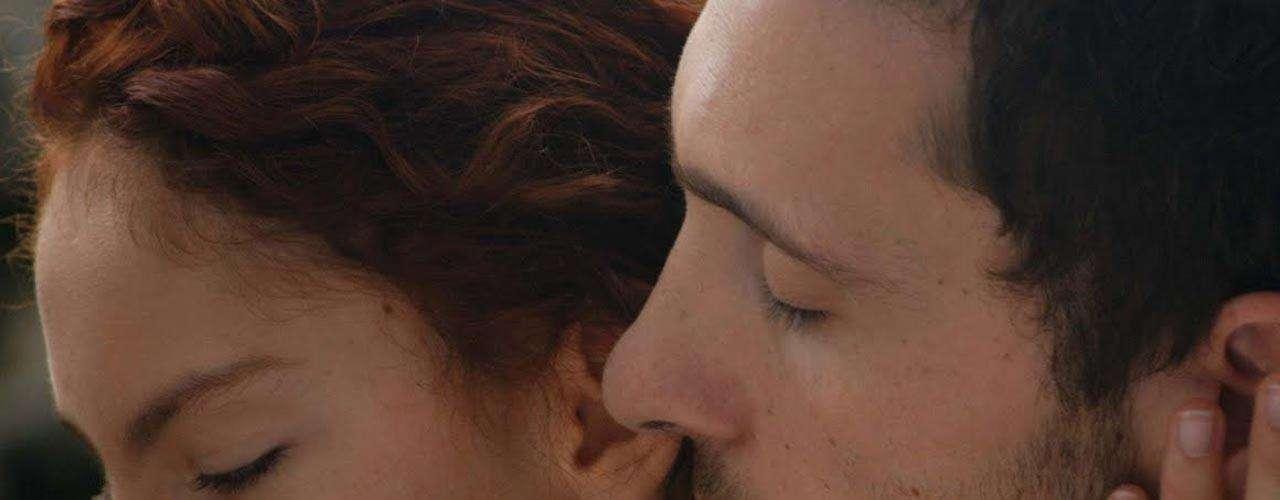 'Del Amor y otros Demonios' narra un amor prohibido entre la joven 'Sierva María' (Eliza Triana) y el cura 'Cayetano Delaura' (Pablo Derqui), quien debía exorcizarla, pero termina enamorándose perdidamente de ella.