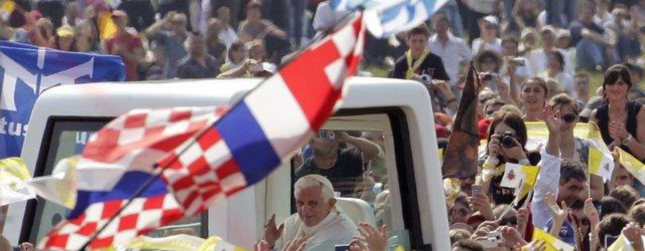 Croacia, 4 y 5 de junio de 2011. En Zagreb, el Papa rezó ante la tumba del beato cardenal Luis Stepinac. También se encontró con jóvenes en una vigilia de oración.