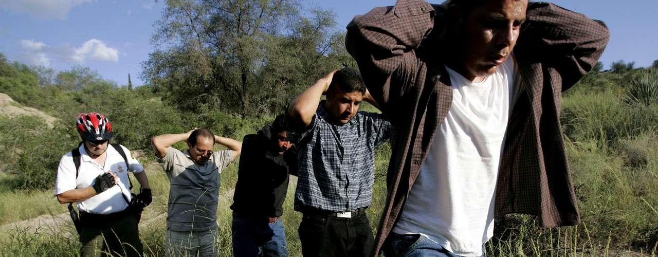 5.  Los inmigrantes que cumplan con los requisitos entraría en un progama de revisión de seis años antes de convertirse en ciudadanos.