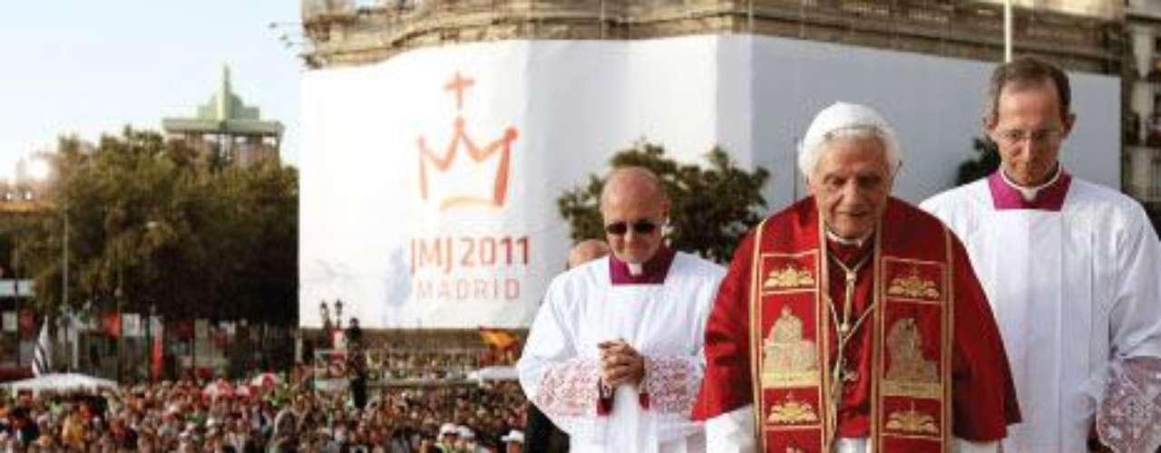 España, del 18 al 22 de agosto de 2011. El Papa viajó por tercera vez a España para presidir la XXVI Jornada Mundial de la Juventud en Madrid. Fueron cuatro días de encuentros con jóvenes dedicados a distintas labores cotidianas y discapacitados de la Fundación Instituto San José. En la Vigilia y en la Misa de la Jornada Mundial de la Juventud asistieron cerca de un millón y medio de personas.