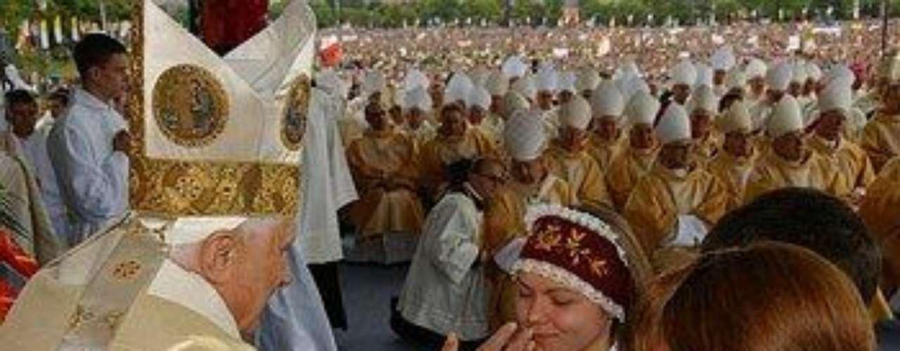Polonia, del 25 de mayo a 28 de mayo de 2006. Durante este viaje, el Papa llevó a cabo una visita oficial al Palacio Presidencial de . El 27 de mayo, Benedicto XVI celebró una misa en el parque de Blonia en Cracovia para unos 900 milperegrinos, y después rezó en el Campo de Concentración nazi de Auschwitz-Birkenau.