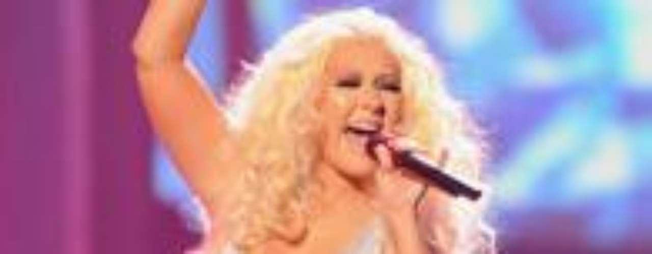 Christina Aguilera llegó tarde al juego. Apenas alcanza los 2 millones de seguidores en Twitter, pero ¿adivinen qué? Sólo el 17% de ellos son \