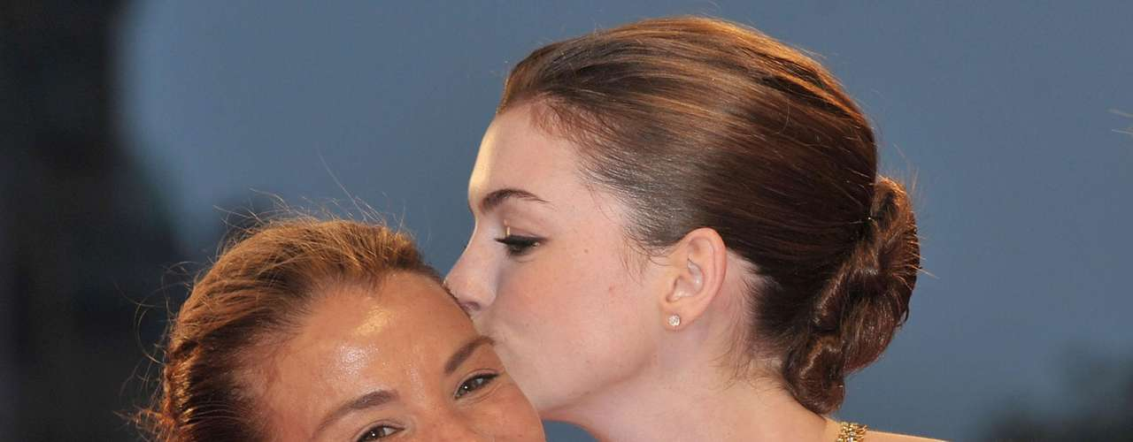 Anne Hathaway besa a Jenny Lumet.