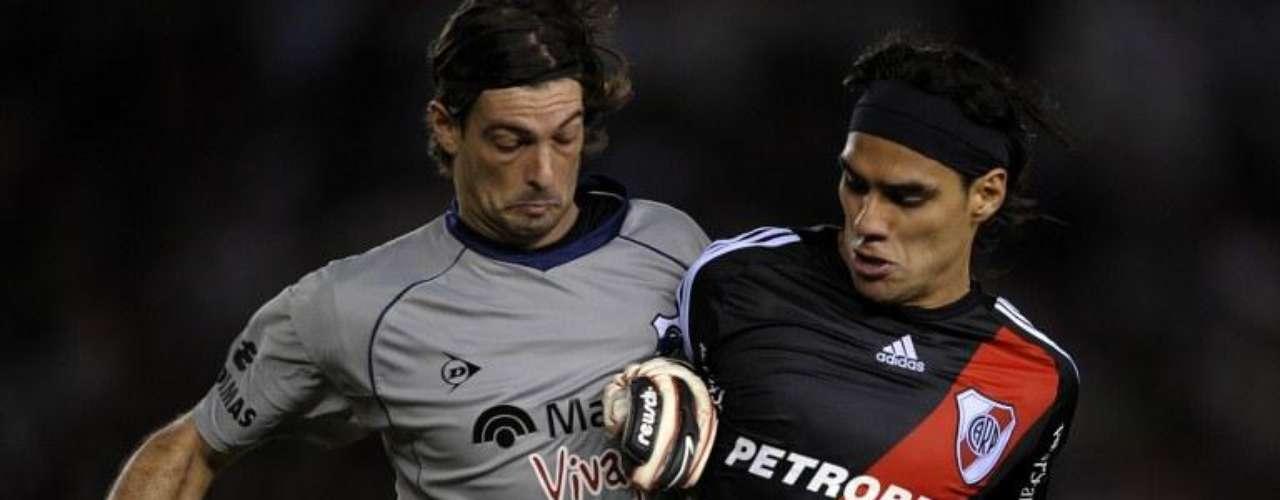 Néstor Sívori, quien era el representante de Falcao en River Plate, aseguró al diario Sport de Barcelona en 2008 que Manchester United estaba tras los pasos del jugador, y que quería contratarlo. Además cuando el delantero estuvo en Porto, el club dio declaraciones asegurando que el jugador no estaba a la venta, a pesar del interés del Man U, luego de que el padre de Falcao señalara que podría llegar a Inglaterra.