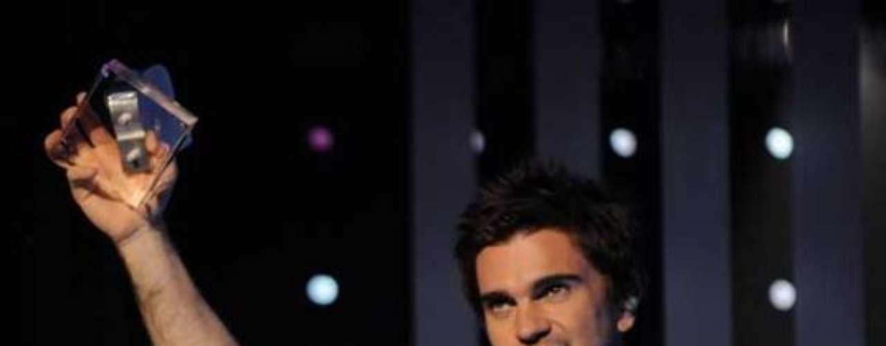 Juanes en un brazo tiene una letra \
