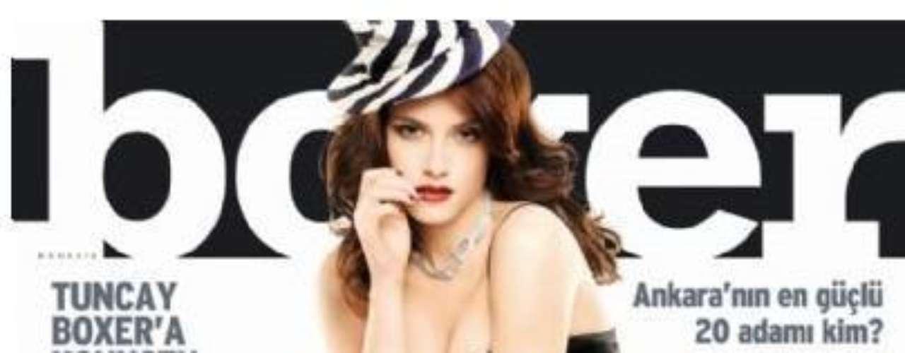 La atractiva protagonista de la saga de vampiros 'Crepúsculo', sin duda impacta con su belleza enigmática y su estilo 'dark' que desde muy joven la ha caracterizado. A sus 21 años de edad Kristen Stewart ha protagonizado un sin fin de portadas de revistas en las que sale a relucir su lado más sensual.