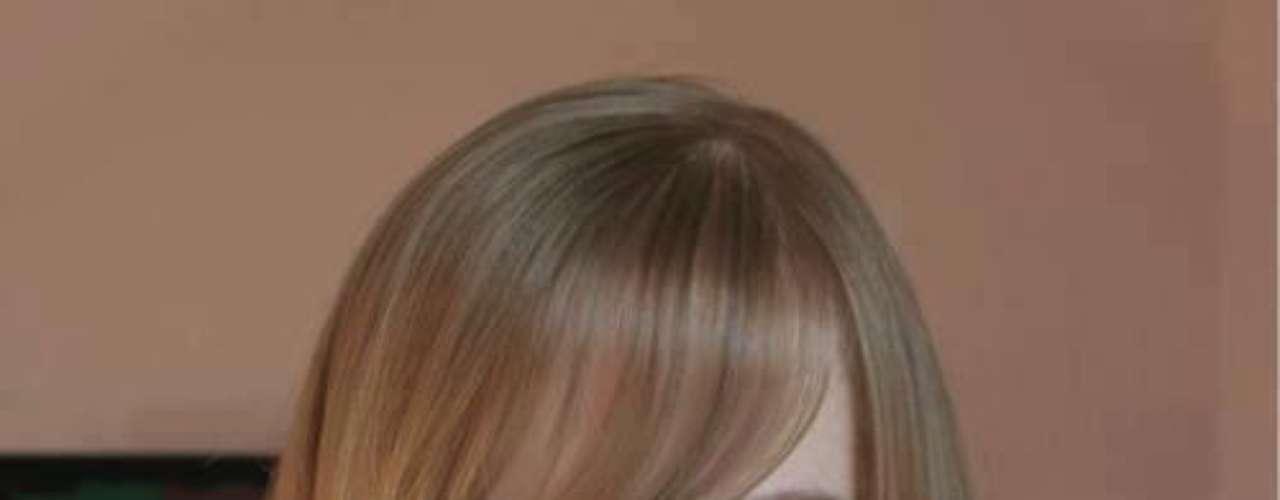 Según Qué.com la Barbie humana es aficionada a usar lentillas especiales para agrandar sus iris azules, lo que le hace parecer más a una muñeca japonesa. Esto explicaría su fama  en el mundo asiático