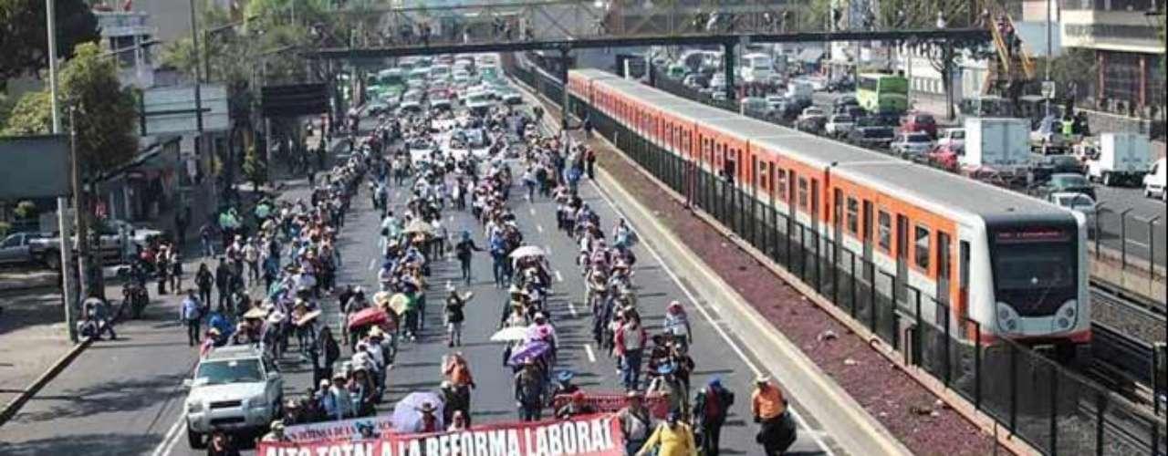 Al menos 17 mil maestros avanzaron hacia el Zócalo del Distrito Federal, en protesta por exámenes de evaluación.