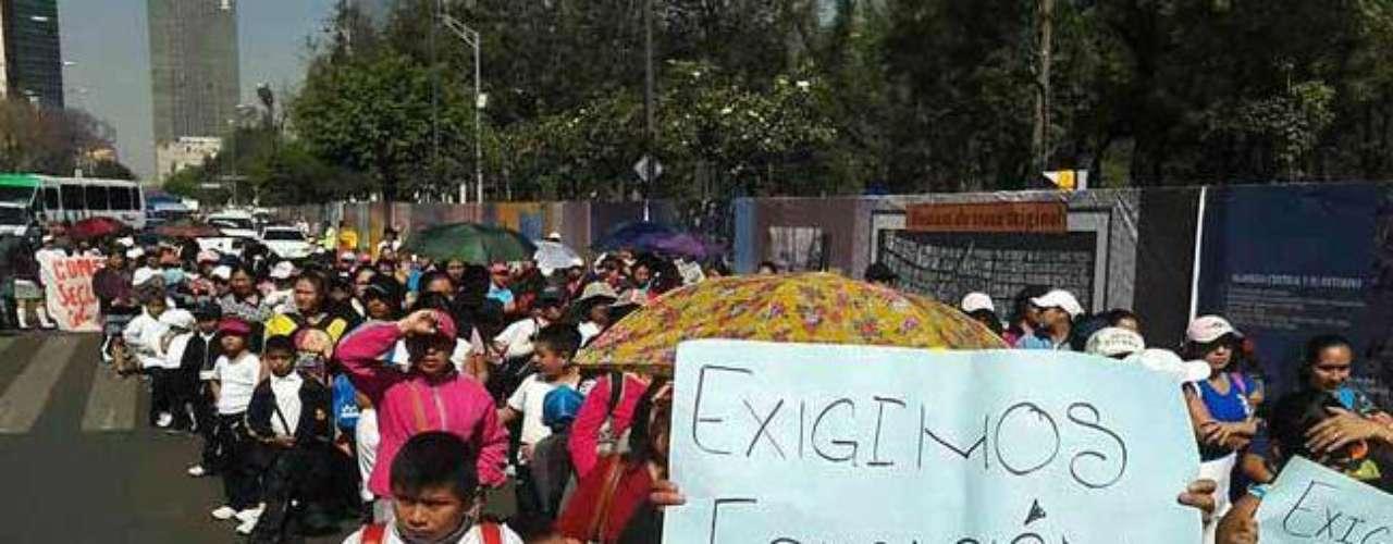Conforme avanzan los manifestantes, algunos establecimientos comerciales prefieren cerrar sus cortinas.