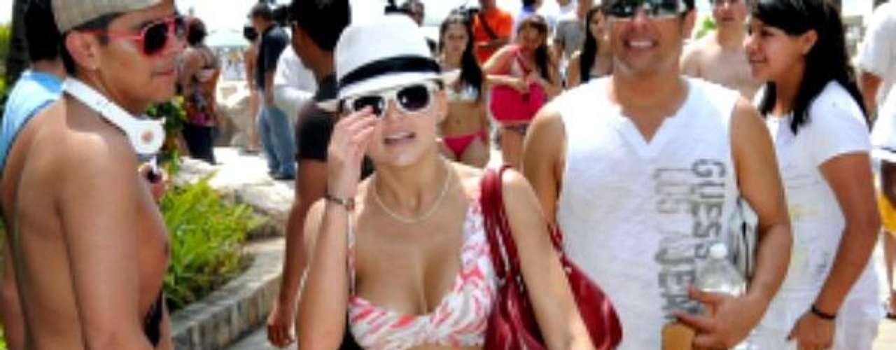 La bella actriz, que sólo tiene 23 años, lució cuerpazo de envidia.Síguenos en:     Facebook -   TwitterKate del Castillo y sus amigas muestran cuerpazo ¡en la playa!David Zepeda se muestra en paños menores en TwitterActrices de novela:¿De quién es esta gran 'pechonalidad'?Estrellas de novela que se han desnudado en PlayboyEntra a la página de 'Abismo De Pasión'
