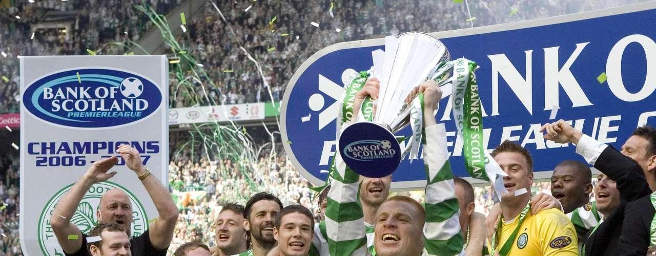 El equipo favorito del cantante Bono tiene que ser parte de la lista. La camisa rayada del Celtic es una de las más conocidas de Europa aunque no este en su mejor momento el equipo escoces.