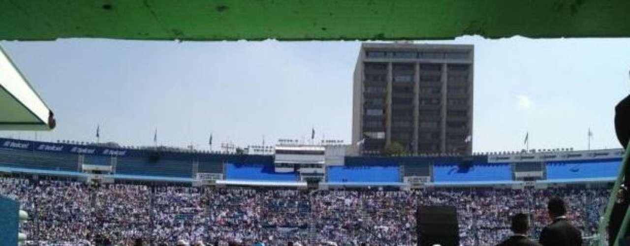 Durante la toma de protesta de Josefina Vázquez Mota, la panista presumía a travez de su cuenta de Twitter el lleno total que registraba el Estadio Azul, sin saber, que sólo unos minutos después, luciría vacío durante aún con su presencia.