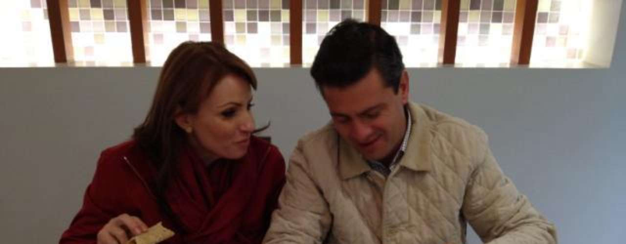 Enrique Peña Nieto, candidato presidencial del PRI y PVEM, presumió en su cuenta de Twitter, @EPN, esta foto en compañia de su esposa, Angelica Rivera, comiendo escamoles en Ecatepec.