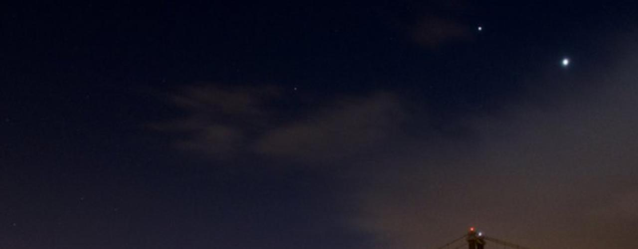 Ritchie también tomó esta foto en el puente Forth Road de Escocia, en la que se ve a Venus y Júpiter suspendidos en el cielo.
