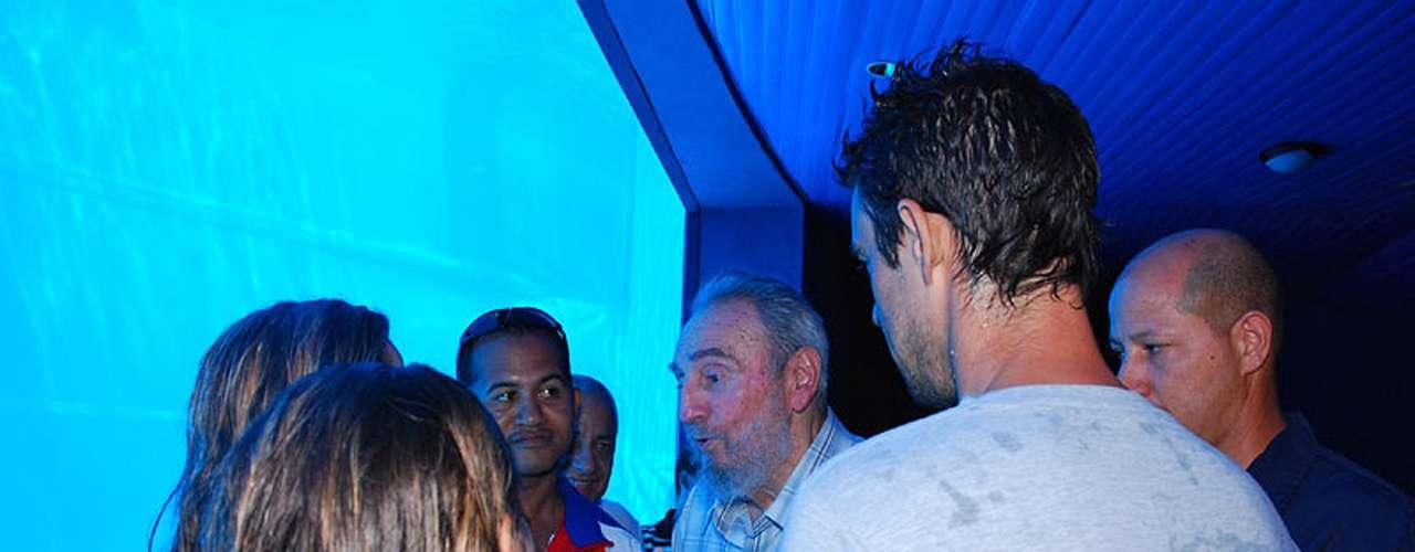 15 de julio de 2010: Presencia espectáculo de delfines en primera visita a acuario nacional, donde conversa con trabajadores y público.