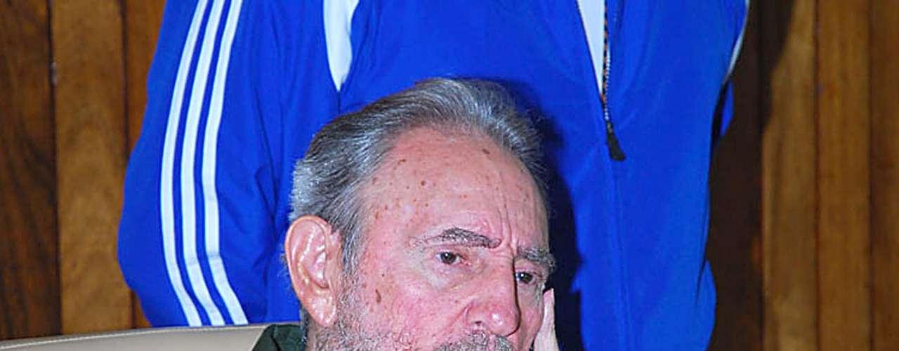 24 de julio de 2010: Viste por primera vez su emblemática camisa verde olivo para homenajear, en las afueras de La Habana, a combatientes muertos en el asalto al Cuartel Moncada que dirigió en 1953.