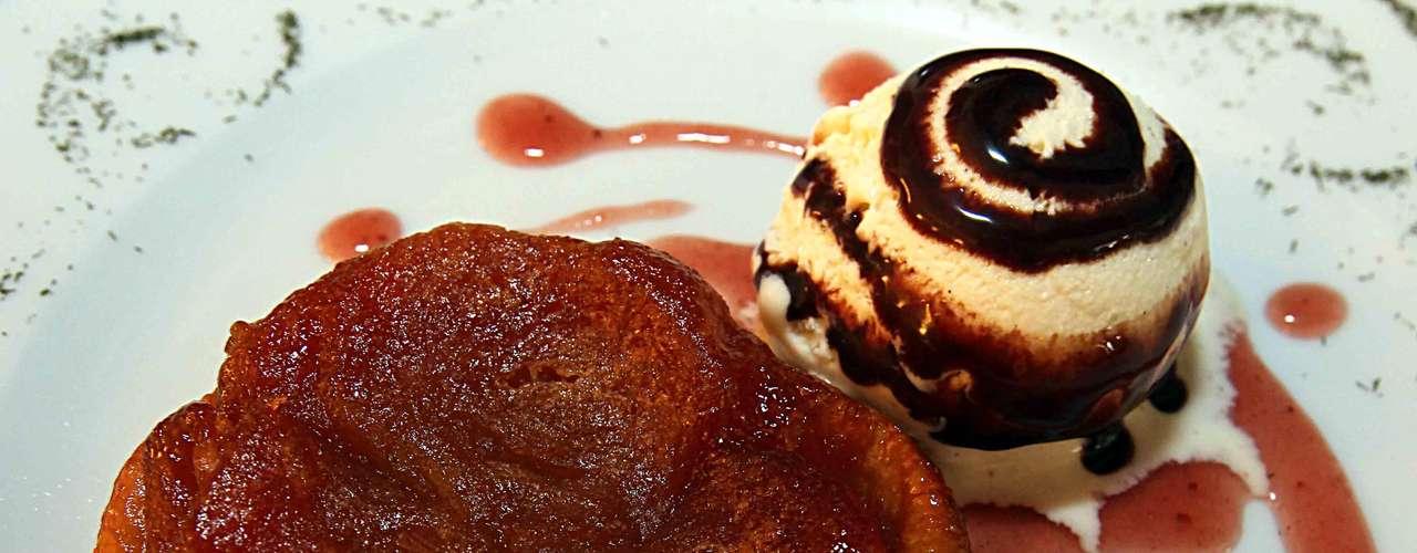 Para cerrar con broche de oro y siguiendo la tradición francesa ordena la Crème brûlée o si lo prefieres, la Tarte Tatin, un postre originario de Normandía. Este último es un pay de manzana cocido en caramelo acompañado de helado de vainilla.