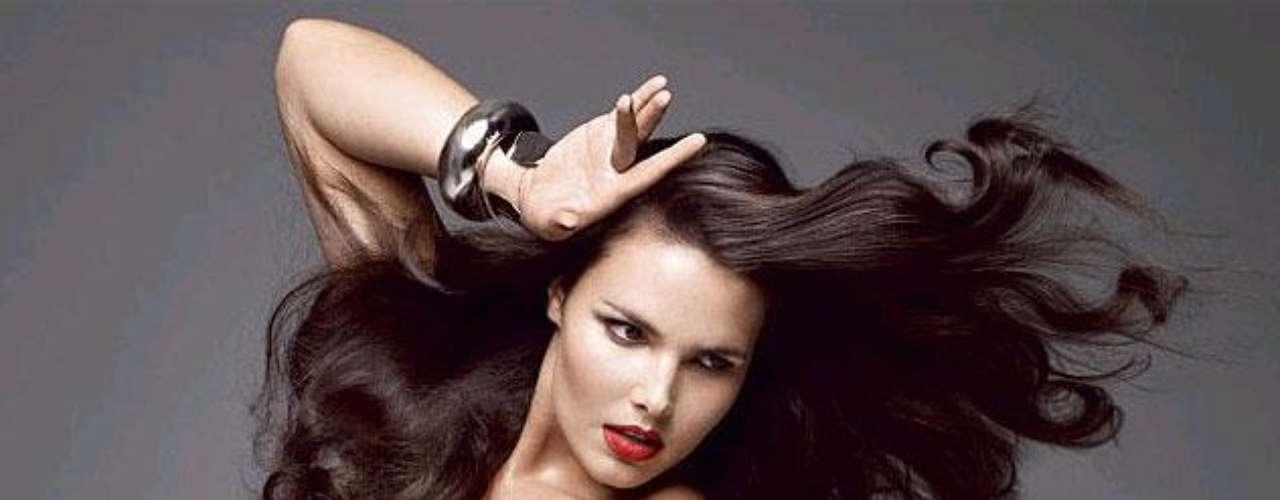 Candice Huffine es una modelo americana que actualmente ha firmado con la agencia Ford Models y es conocida por aparecer en la portada Vogue Italia 2011. Candice ha hecho parte de la pasarela de Elena Miro y Lane Bryant.