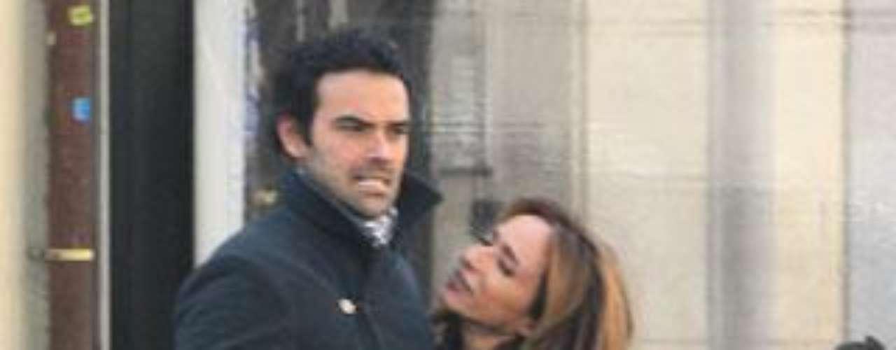 María Patiño se mostró muy cariñosa con su novio, Ricardo, con el que paseó cerca de su casa en Madrid