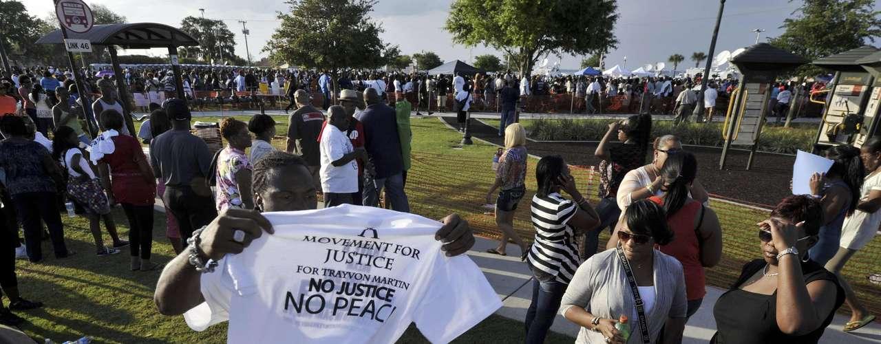 Horas antes, centenares de estudiantes de una escuela las afueras de Miami, donde vivía el menor con su madre, abandonaron las aulas y salieron a la calle para protestar, toda vez que 26 días después del suceso el vigilante sigue en libertad sin cargos.