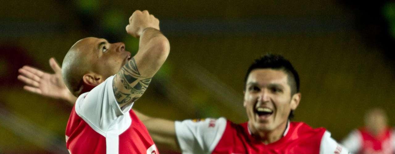 Daniel Torres llega a felicitar a Pérez, la jugada la provocó el mediocampista con el robo del balón a Ortiz