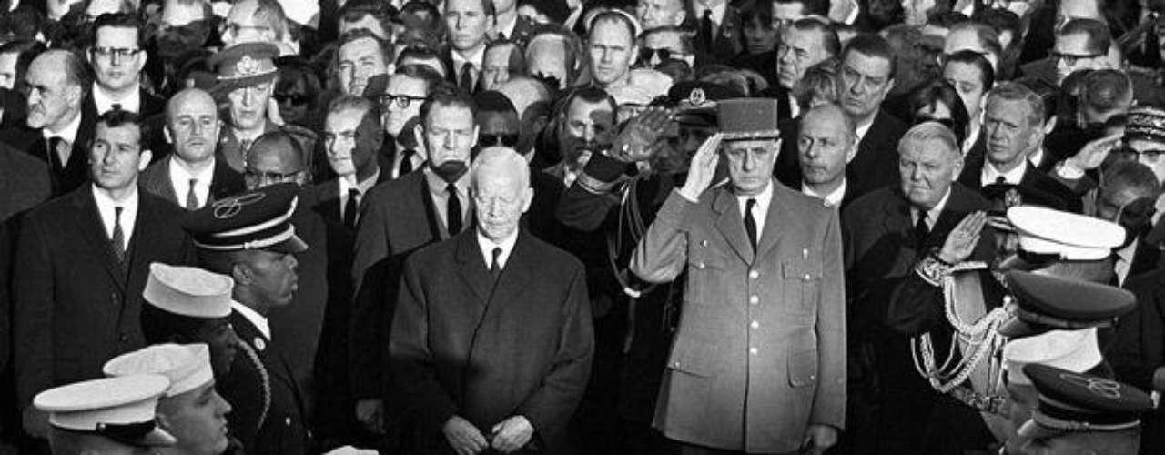 Cuarenta y nueve años después del asesinato de John F. Kennedy, salen a la luz raras e inéditas fotografías de su funeral.    En esta imagen se ve al presidente alemán Heinrich Luebke, al mandatario francés Charles de Gaulle, al Canciller alemán Ludwig Erhard y al Premier francés Maurice Couve de Murville frente al ataúd de JFK.