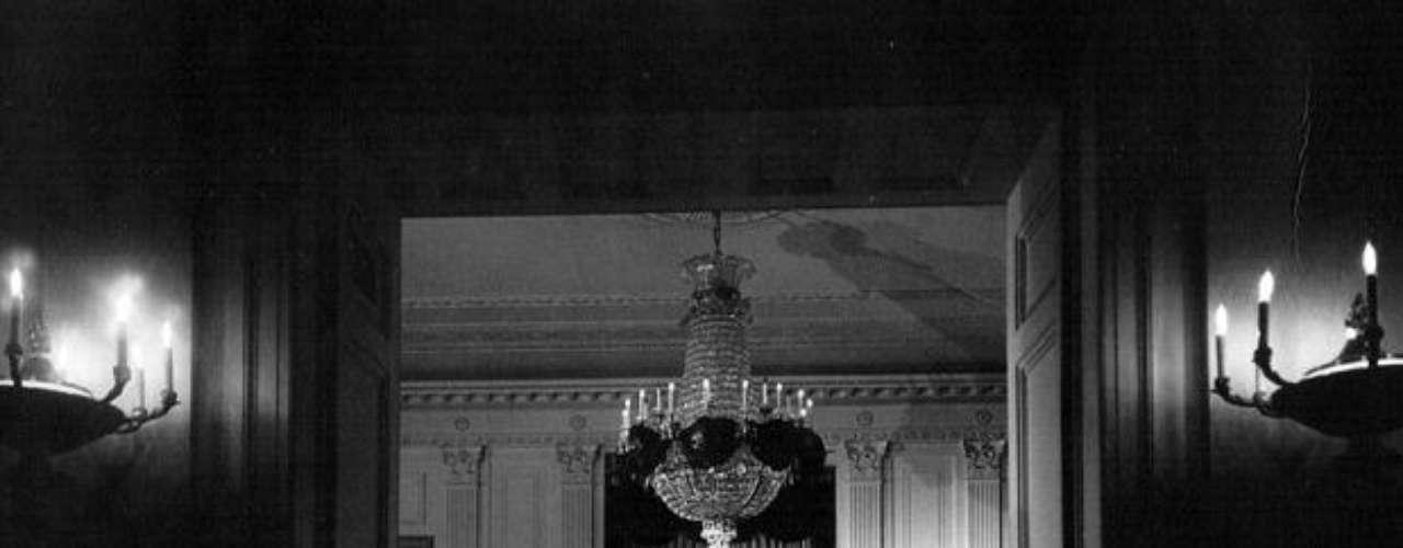El cajón con los restos de Kennedy en la Casa Blanca.