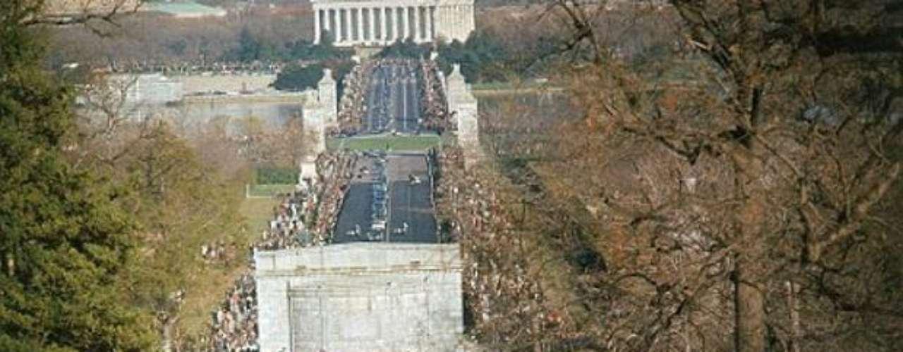 Centenares lloran la muerte del presidente número 35 de los Estados Unidos.