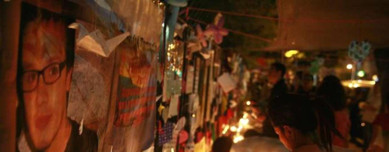 A la Posta Central han llegado decenas de personas a expresar sus condolencias a la familia de Daniel Zamudio. De la misma forma lo hizo el ministro de Salud, Jaime Mañalich y el vicepresidente de la República, Rodrigo Hinzpeter. Por su parte el Alcalde de Santiago Pablo Zalaquett recibió pifias y fue increpado por parte de los asistentes al lugar.