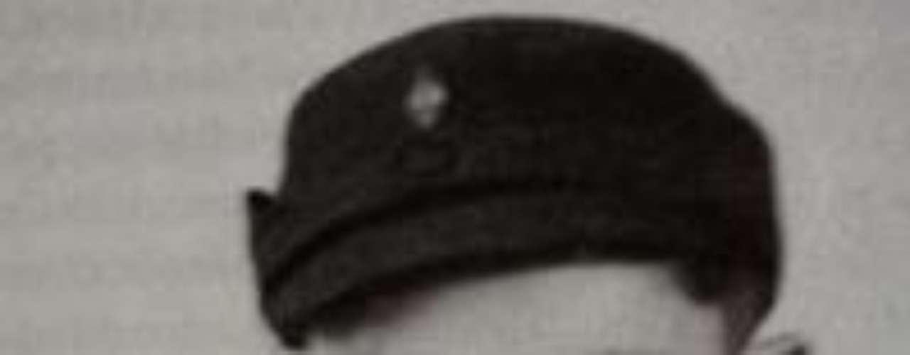 1943: Es incorporado al ejército alemán como auxiliar de una batería antiaérea.