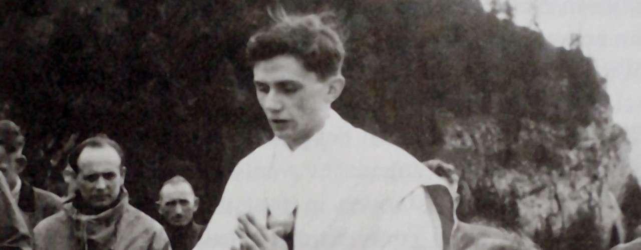 1952: Empieza a enseñar dogma y teología en diversas escuelas y universidades alemanas. Es docente hasta el año 1977. A Ratzinger, al centro, se le ve celebrando la misa en las montañas de Ruhpolding, al sur de Alemania.